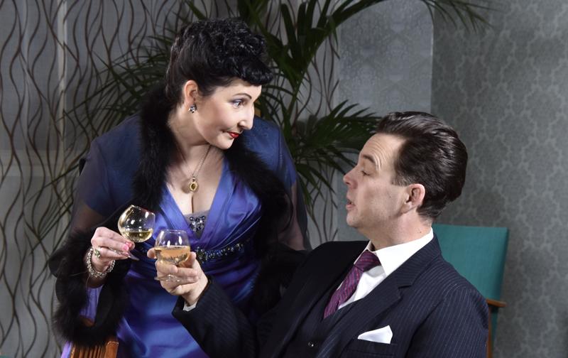 Nainen ja mies katsovat toisiaan rooliasuissaan.